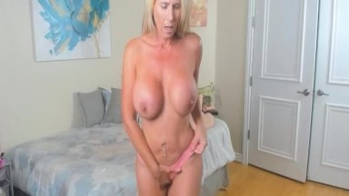 Smoking MILF Babe Engaged To A Sizzling Performance Live